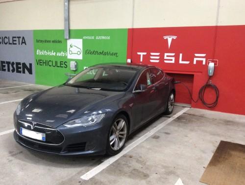 Espace Tesla dans le parking ferme du Rabelais a Fontenay-le-Comte
