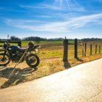 Passionnés de motos, la piste et le marais-poitevin